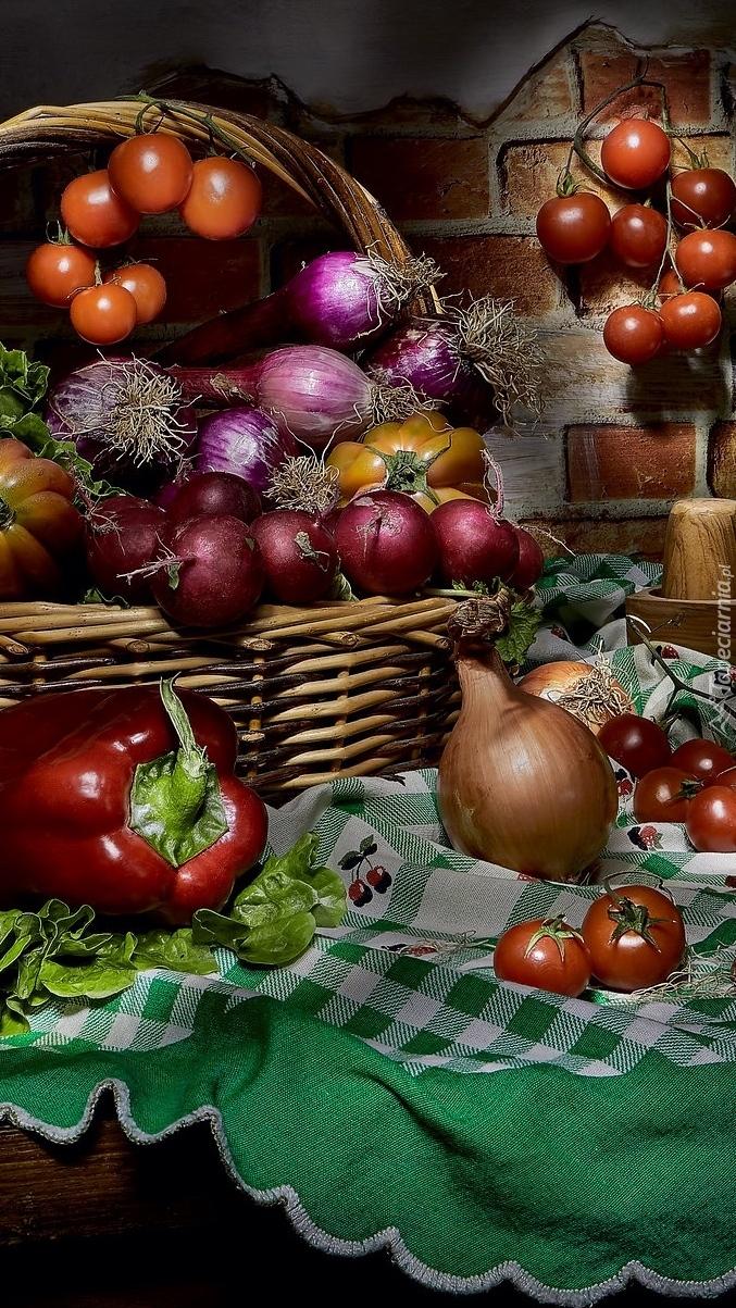 Warzywa w koszu i na stole