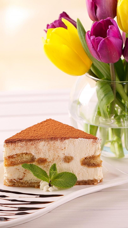 Wazon z tulipanami obok ciasta