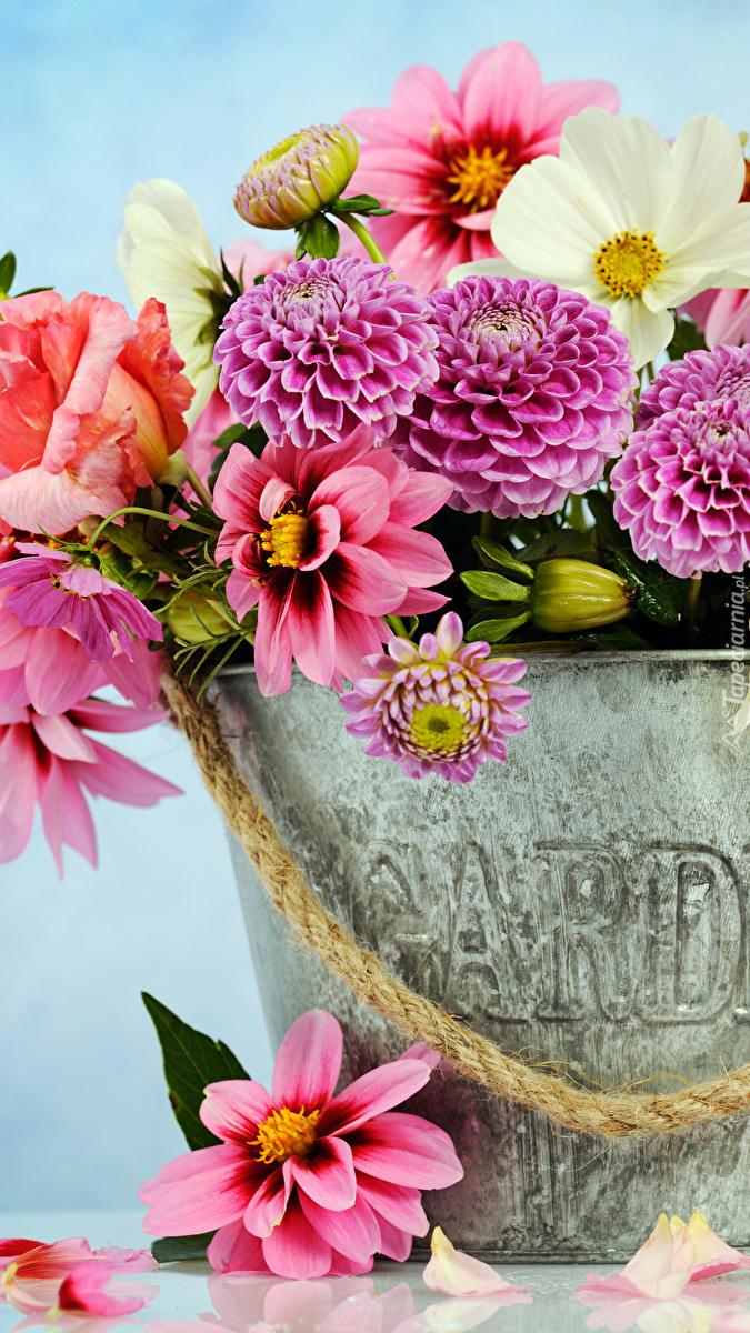 Wiaderko z bukietem kwiatów