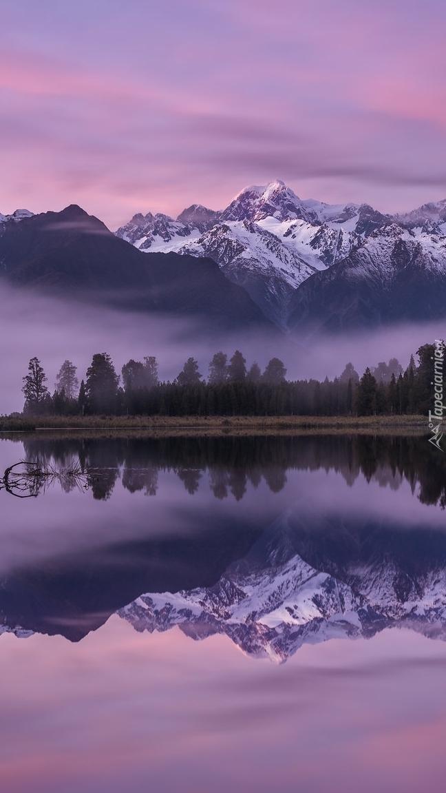 Widok na zamglone góry Cooka