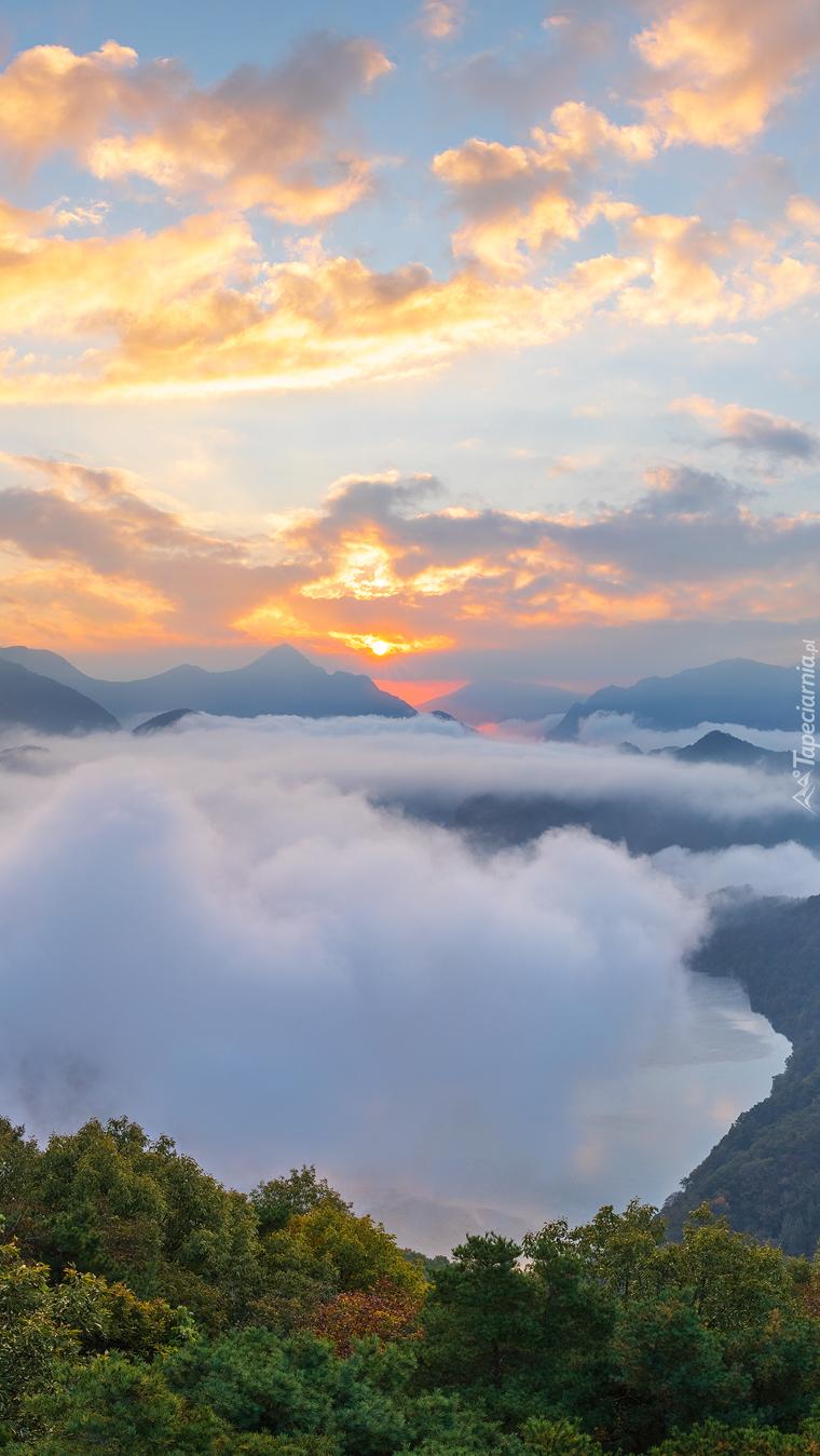 Widok z gór na zamgloną dolinę
