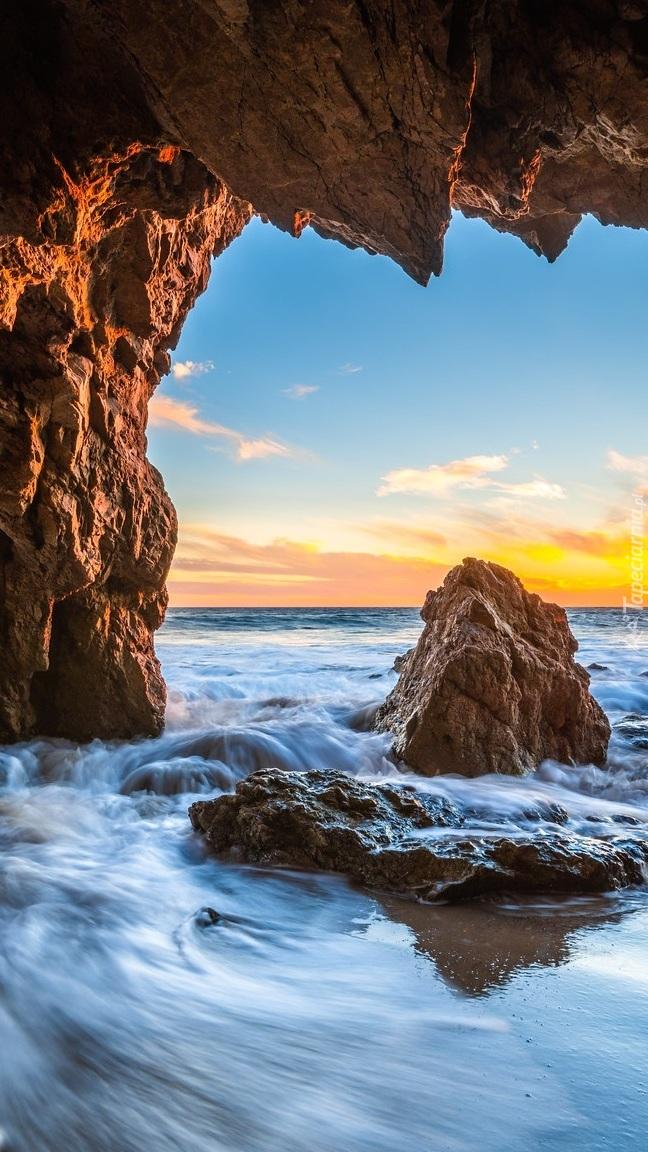 Widok z jaskini na zachód słońca