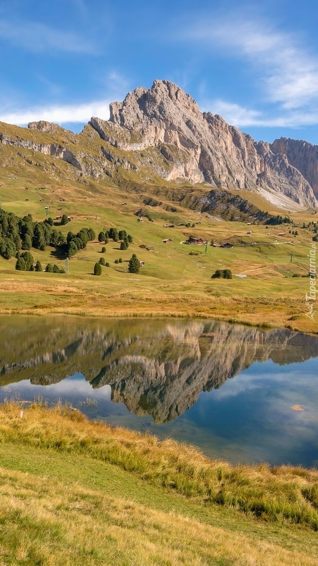 Widok z łąki na góry i jezioro