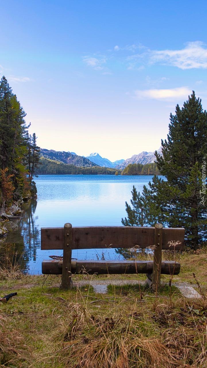 Widok z ławki na górskie jezioro