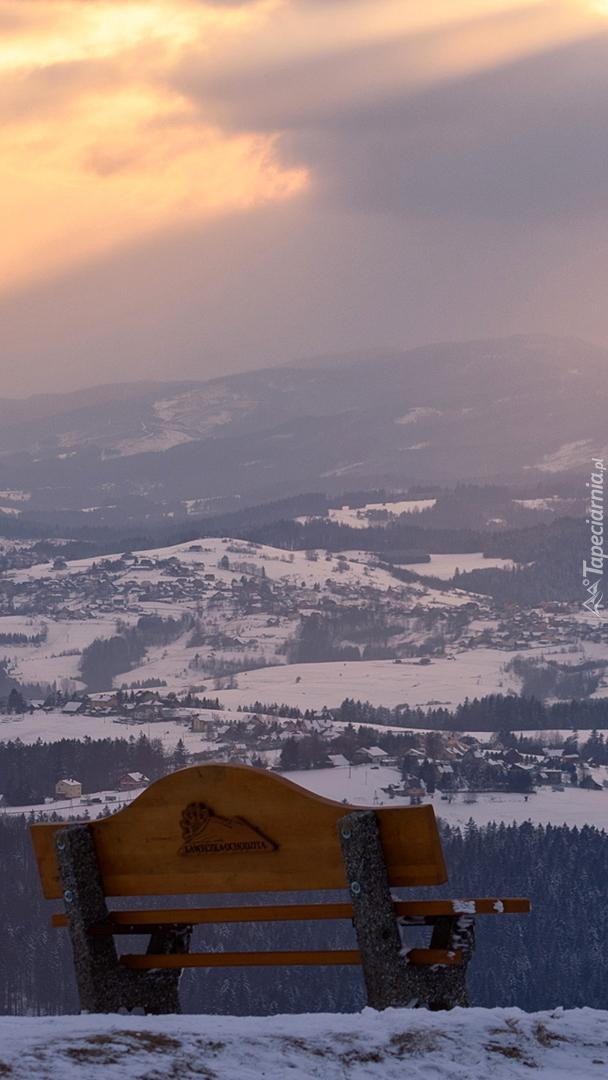 Widok z ławki na zimowe zamglone Beskidy