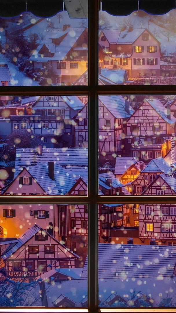 Widok z okna na zaśnieżone miasteczko