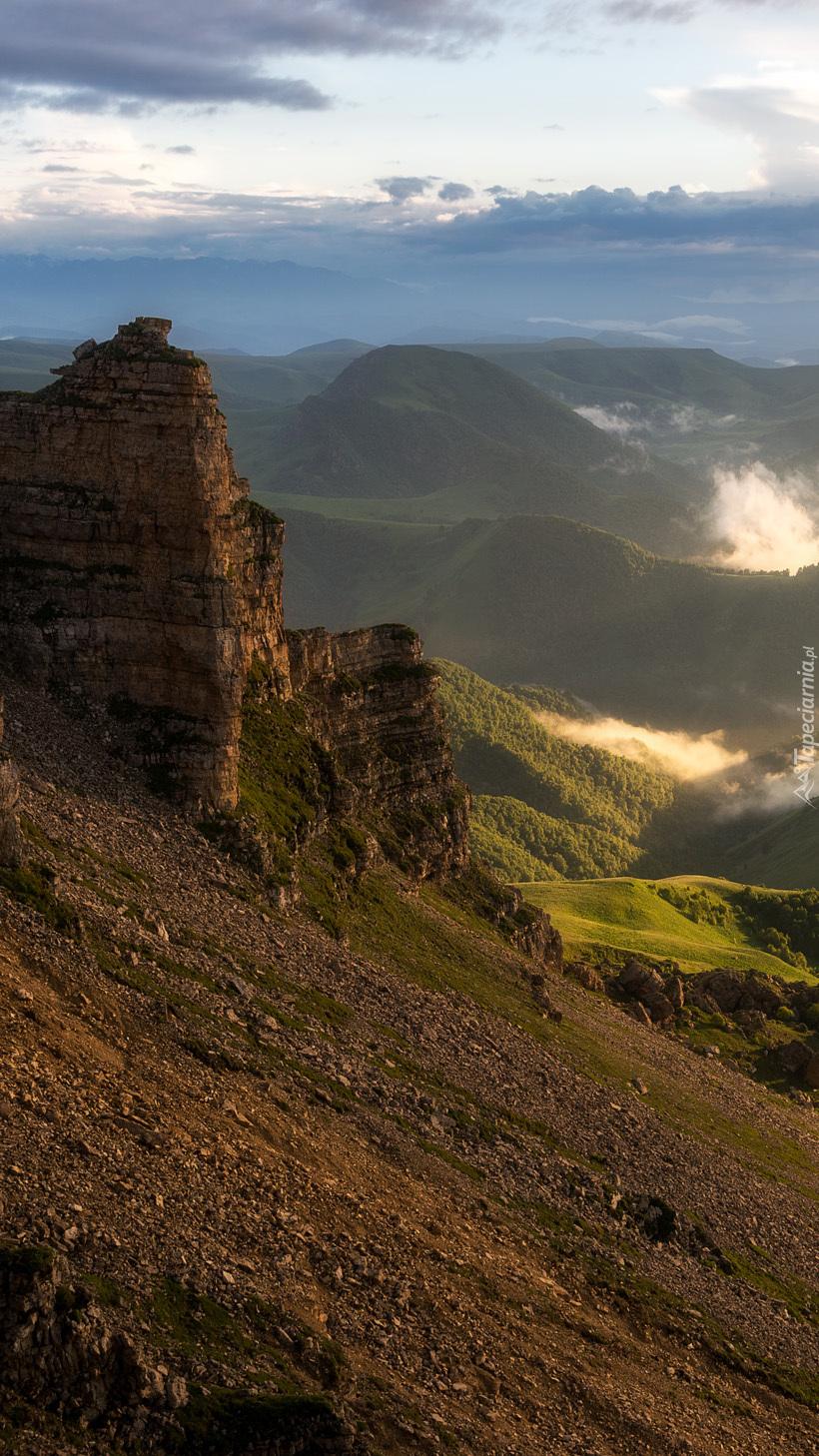 Widok ze skały na góry we mgle