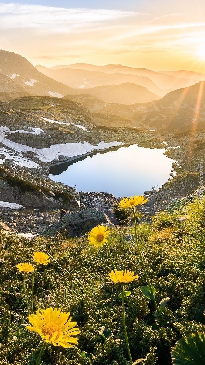 Widok ze wzgórza na górskie jezioro