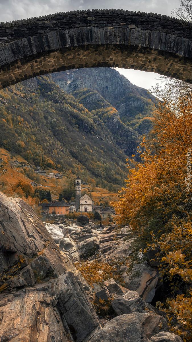 Widok zza mostu na zabudowania w górach