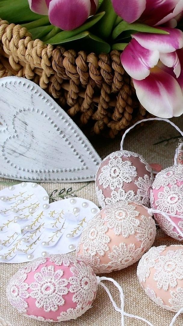 Wielkanocne pisanki w koronkowej ozdobie