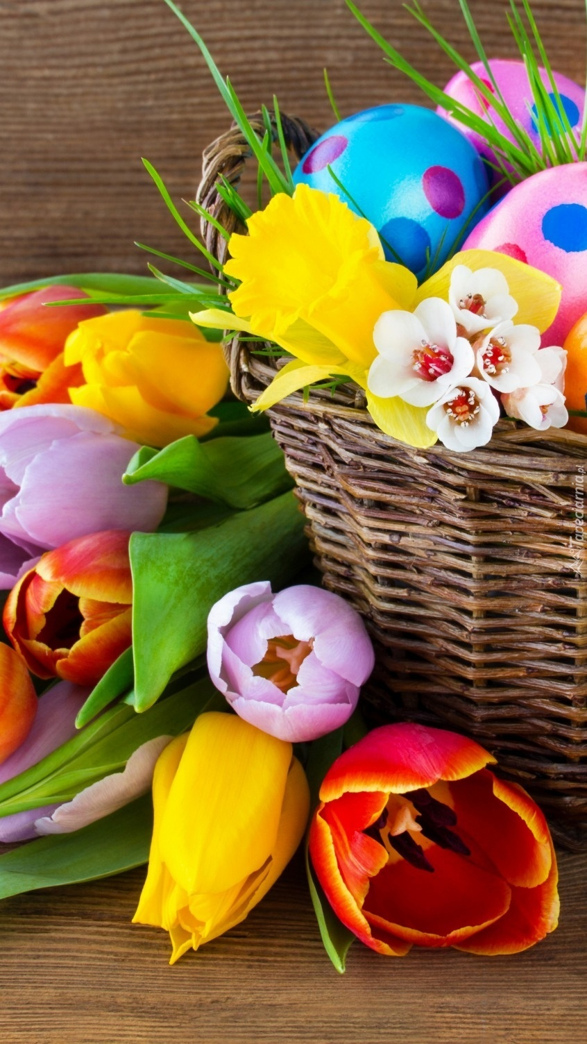 Wielkanocny koszyk z pisankami
