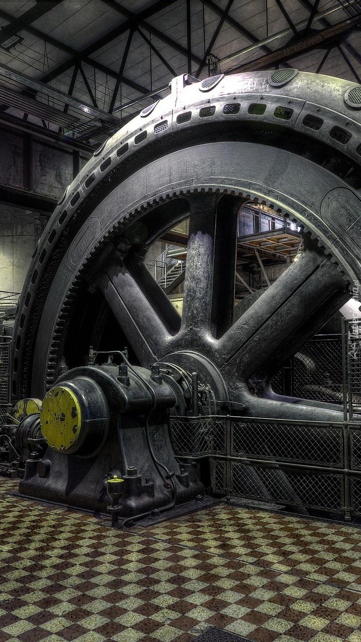 Wielkie koło w hali fabrycznej