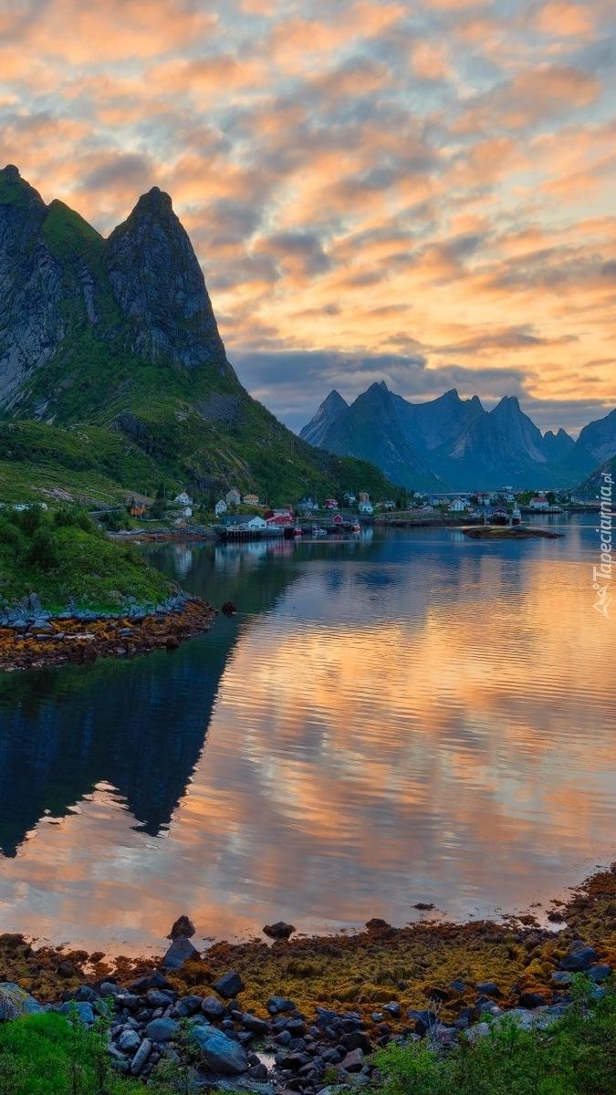Wieś Reine nad morzem w Norwegii
