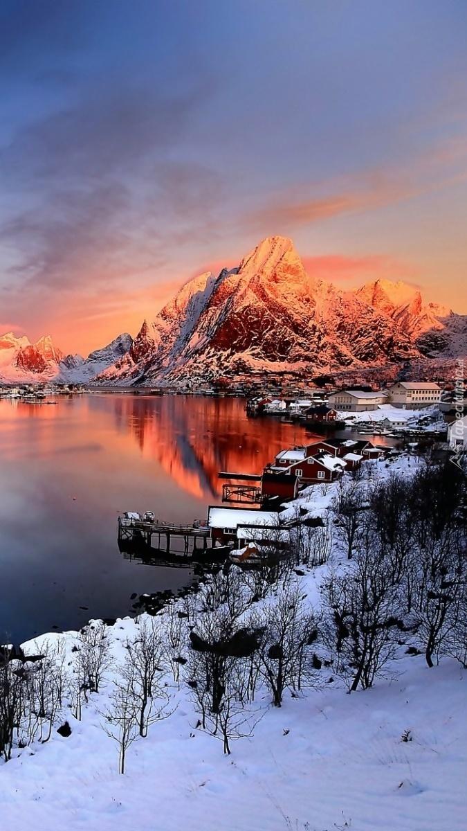 Wieś Reine o wschodzie słońca