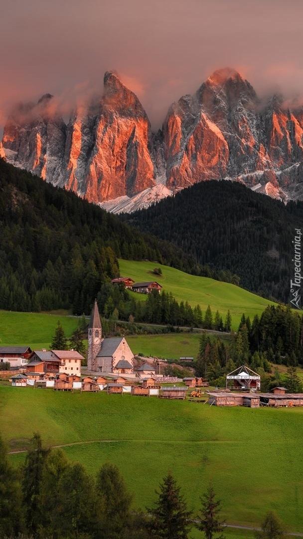 Wieś Santa Maddalena i masyw Odle we mgle