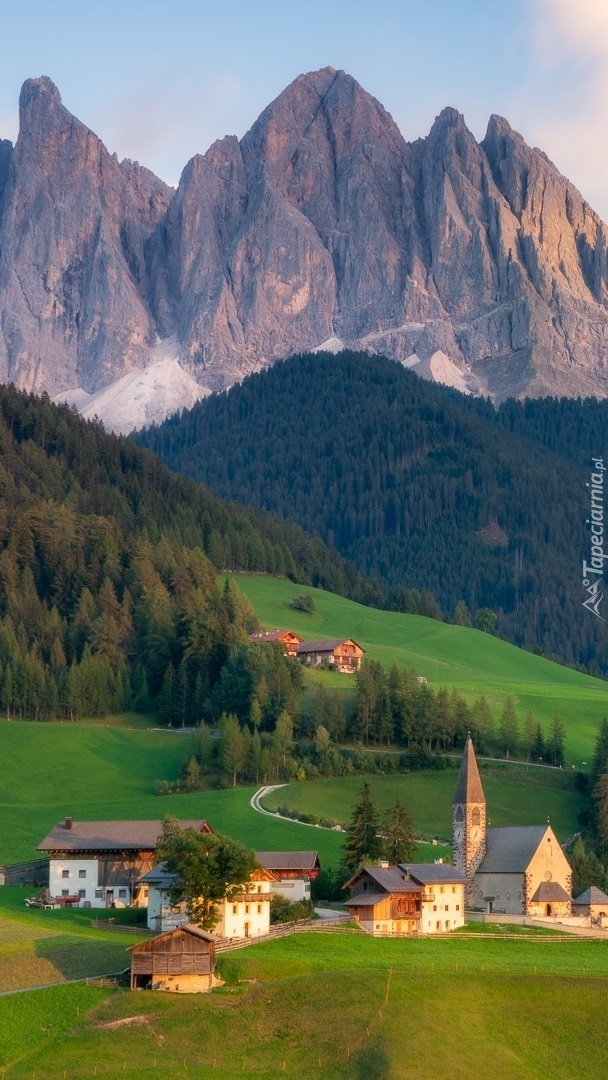Wieś Santa Maddalena na tle Dolomitów