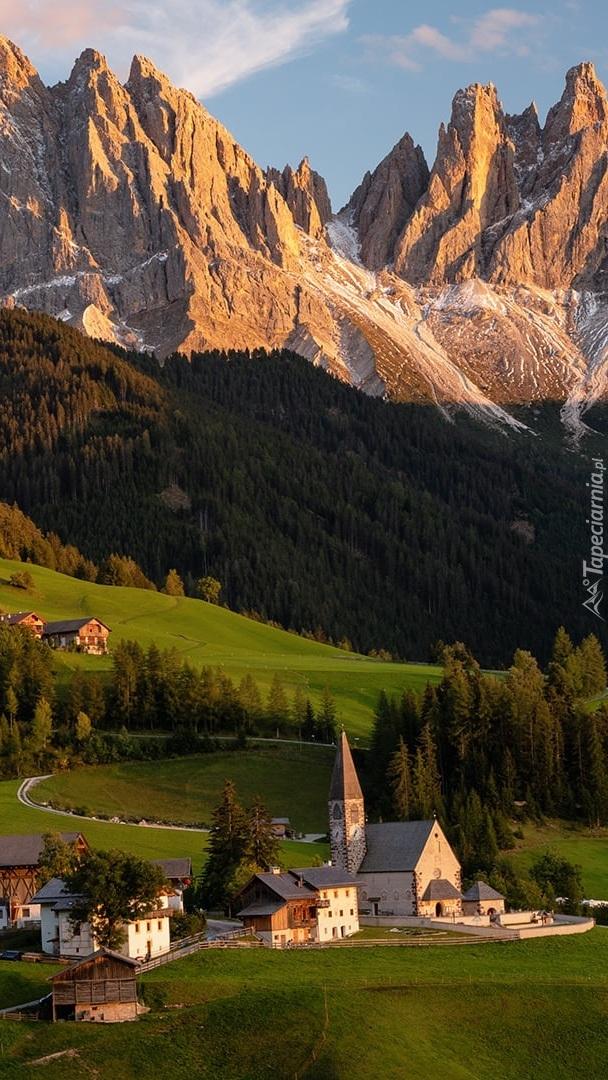Wieś Santa Maddalena w dolinie Val di Funes