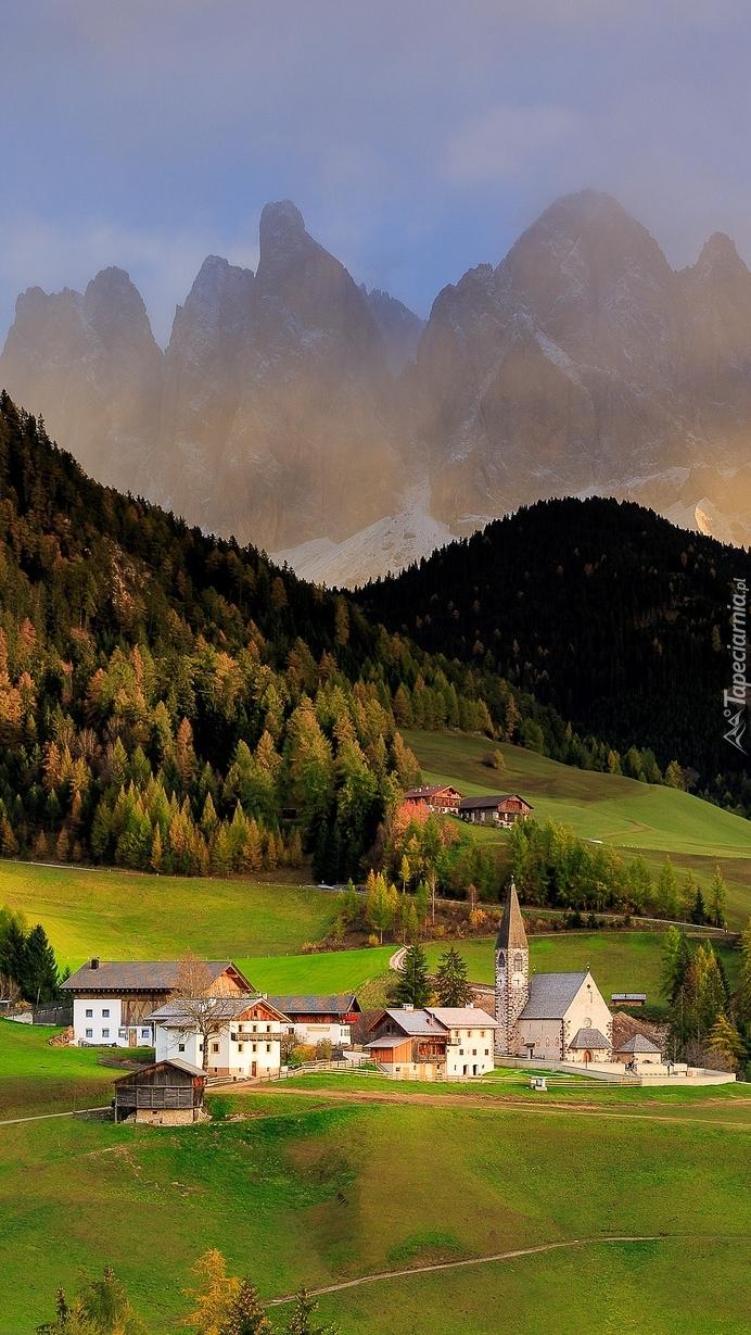 Wieś Santa Maddalena w dolinie