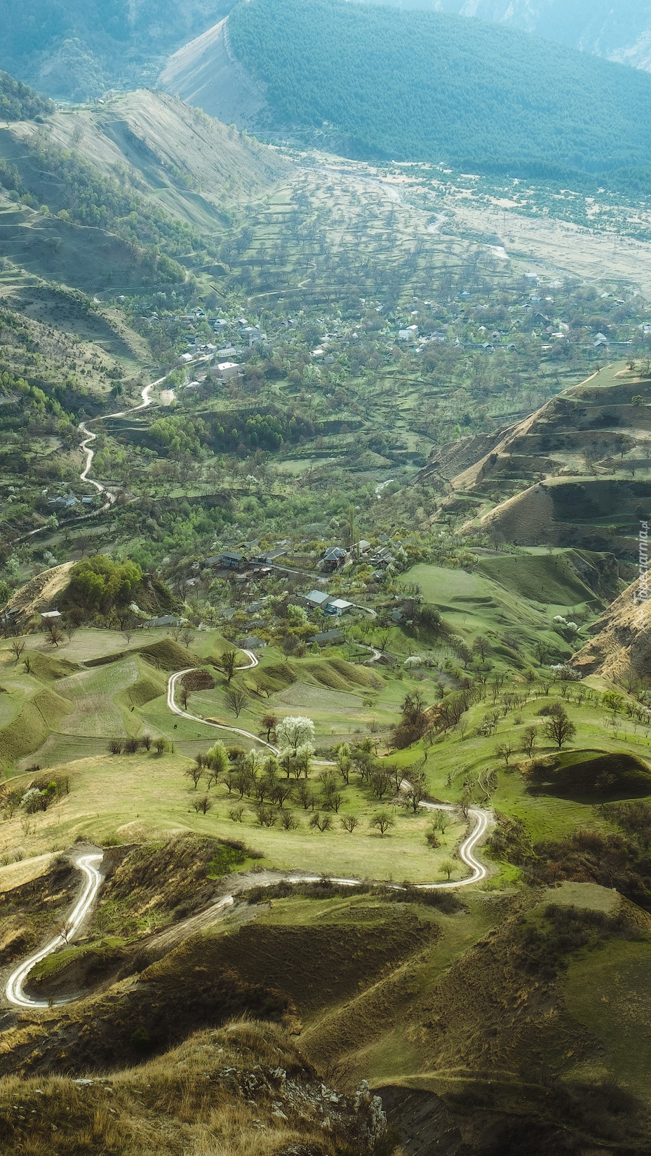Wieś w dolinie u podnóża gór Kaukazu