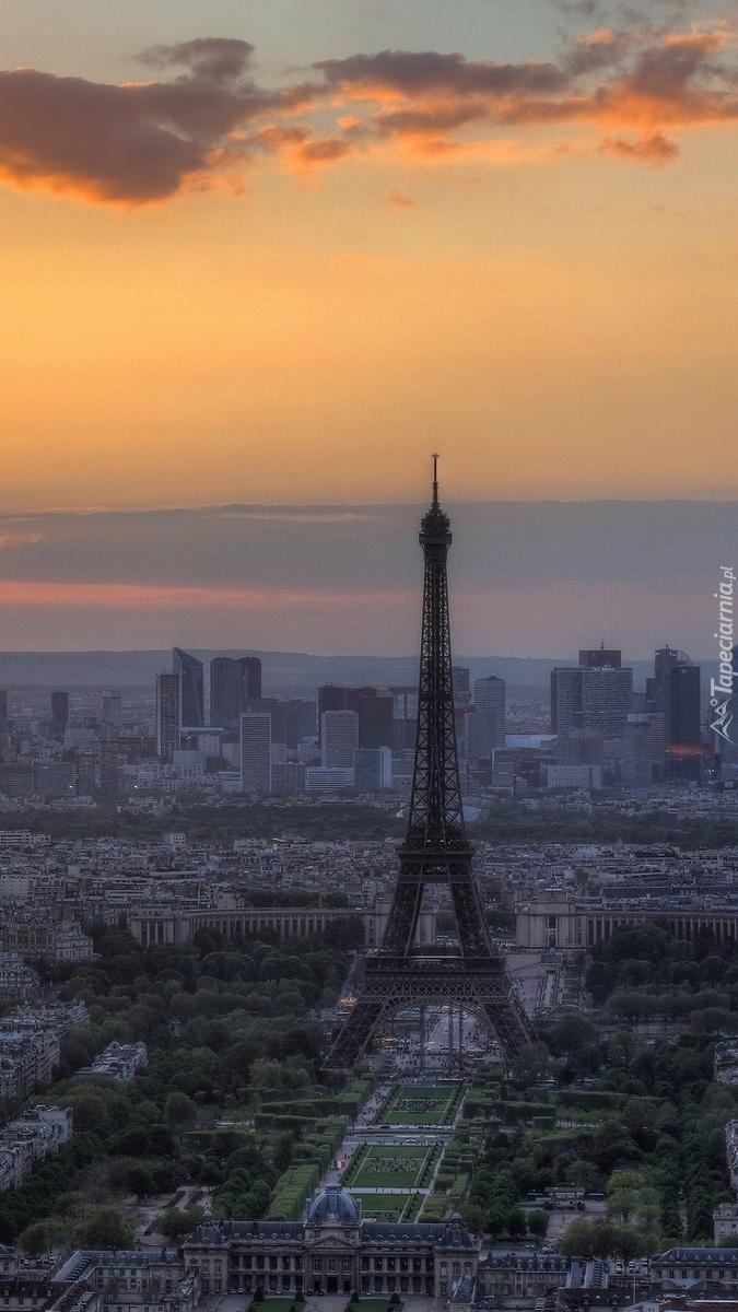 Wieża Eiffla o zachodzie słońca