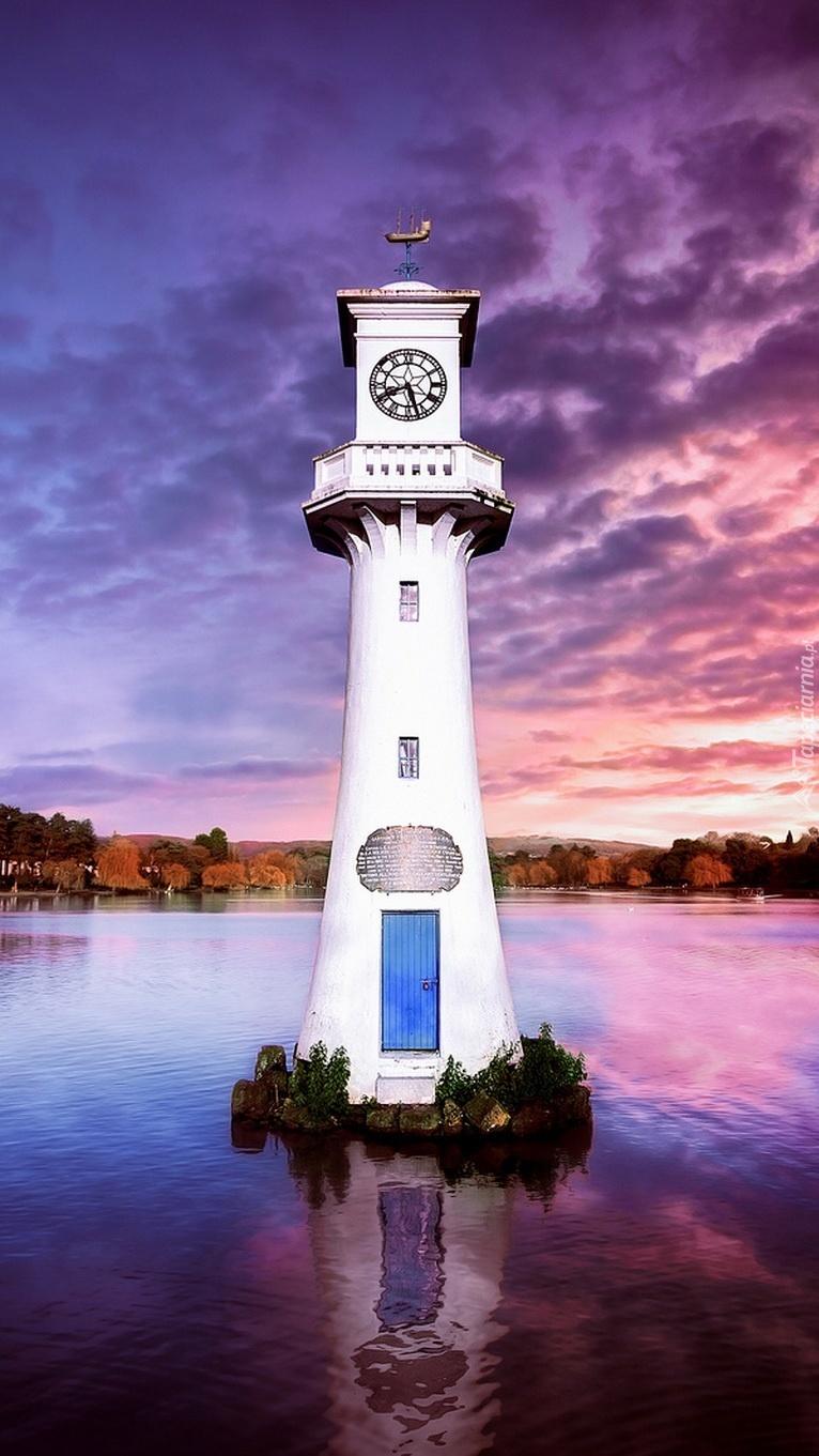 Wieża z zegarem na środku jeziora