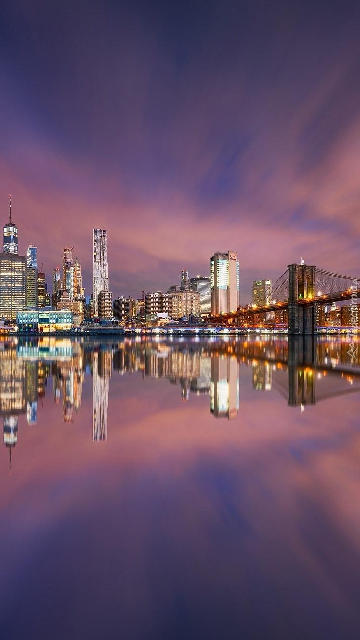 Wieżowce i most Brookliński w Nowym Jorku