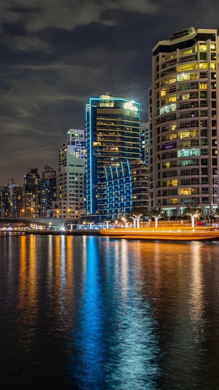 Wieżowce nad rzeką w Dubaju