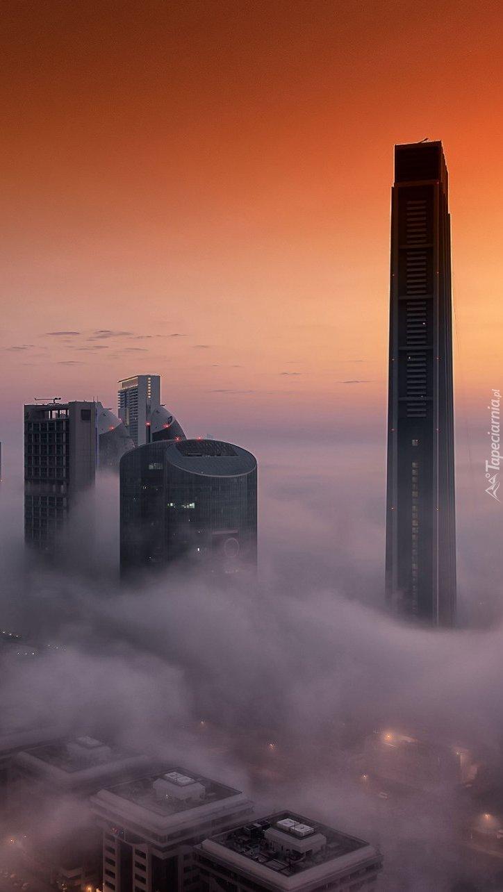 Wieżowce w mgle w Dubaju