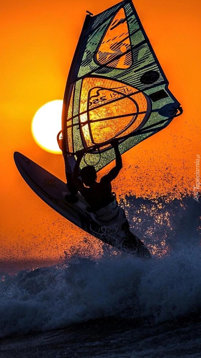 Windsurfing w blasku zachodzącego słońca