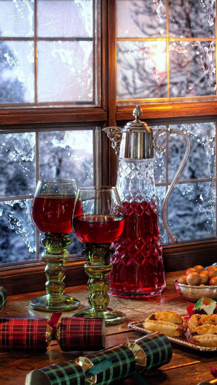 Wino w kieliszkach i dzbanku przy oknie