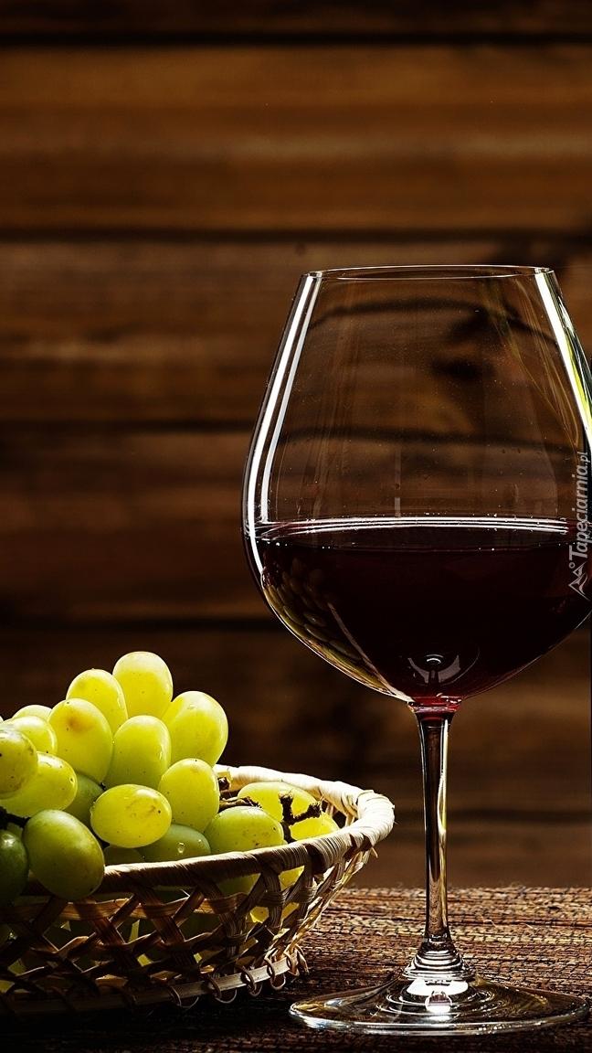 Winogrona obok lampki wina