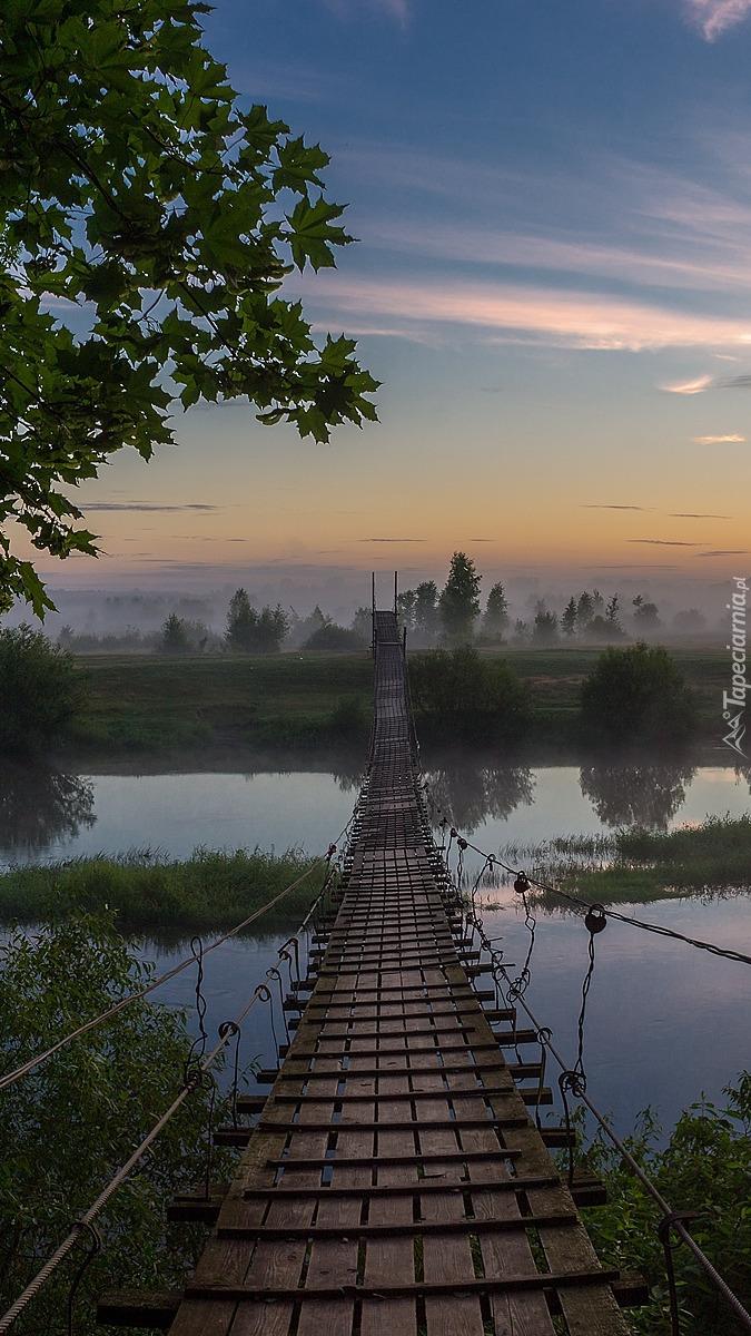 Wiszący drewniany most nad rzeką