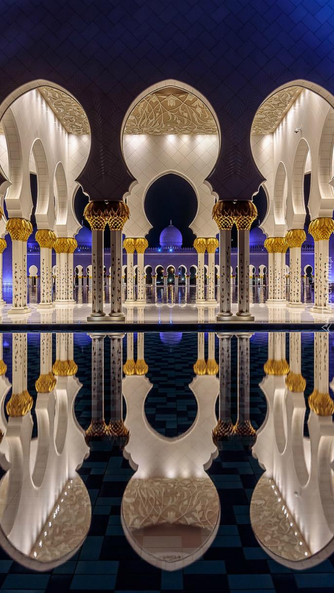 Wnętrze meczetu w odbiciu