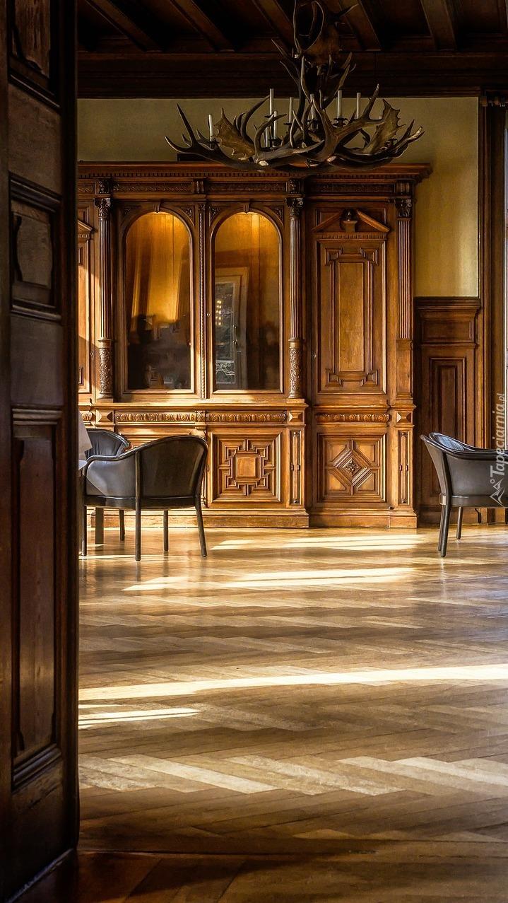 Wnętrze pokoju z antykami