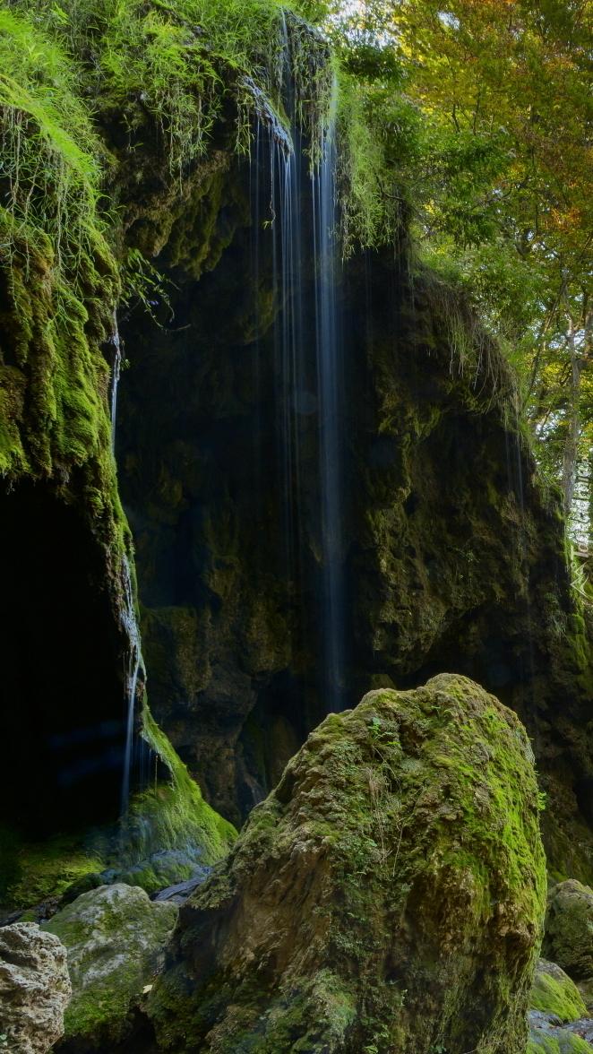 Woda spływająca po omszałej skale