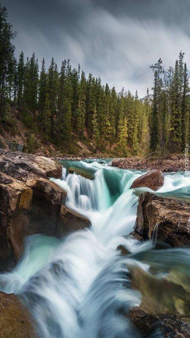Wodospad i rzeka Sunwapta w Kanadzie