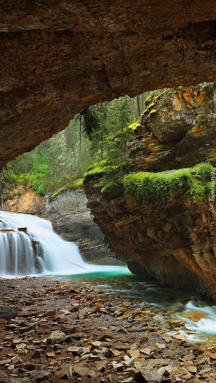 Wodospad i skały w Johnston Canyon