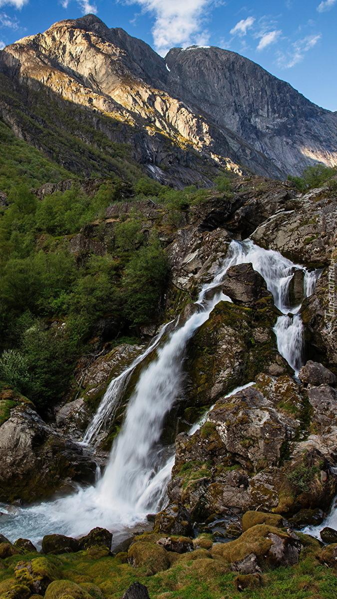 Wodospad na skałach w górach