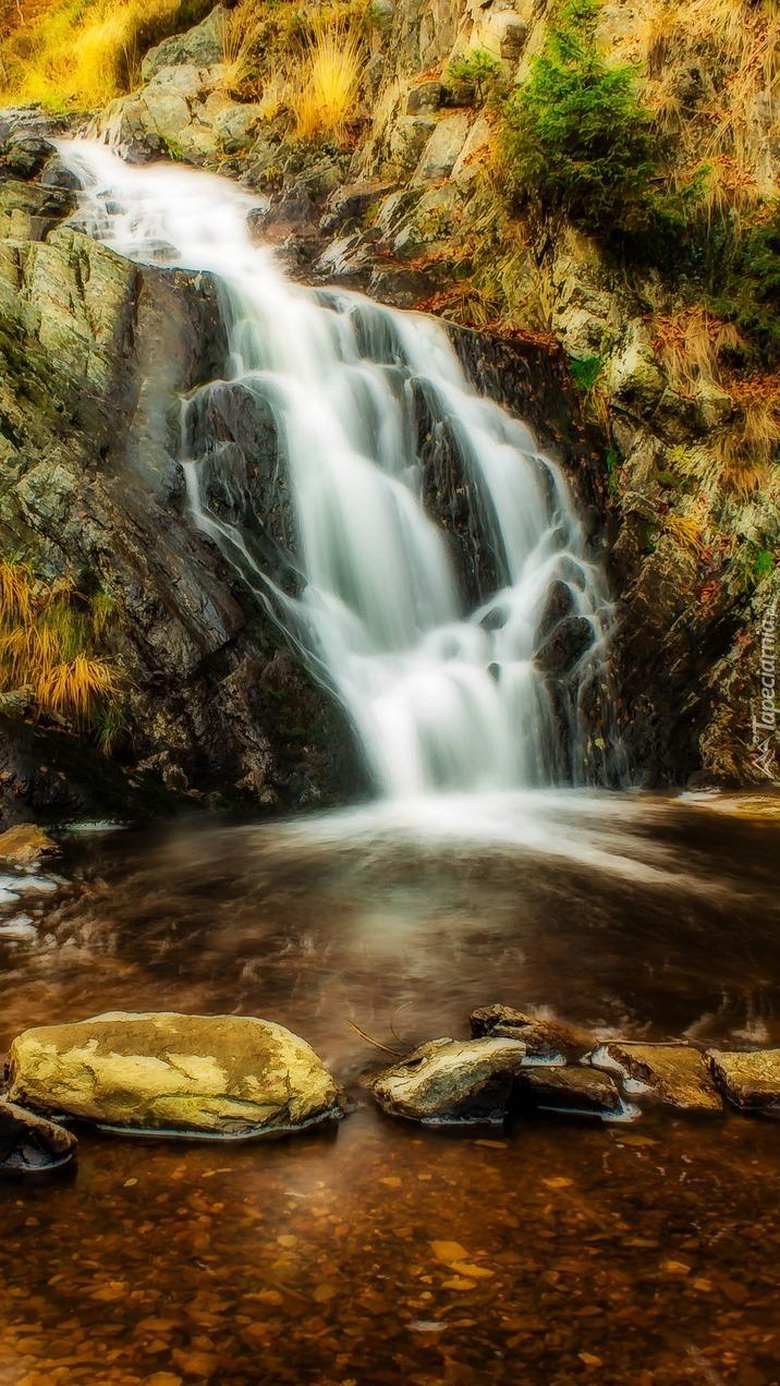 Wodospad nad rzeką w Longfaye