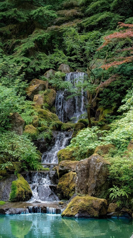 Wodospad pośród zieleni