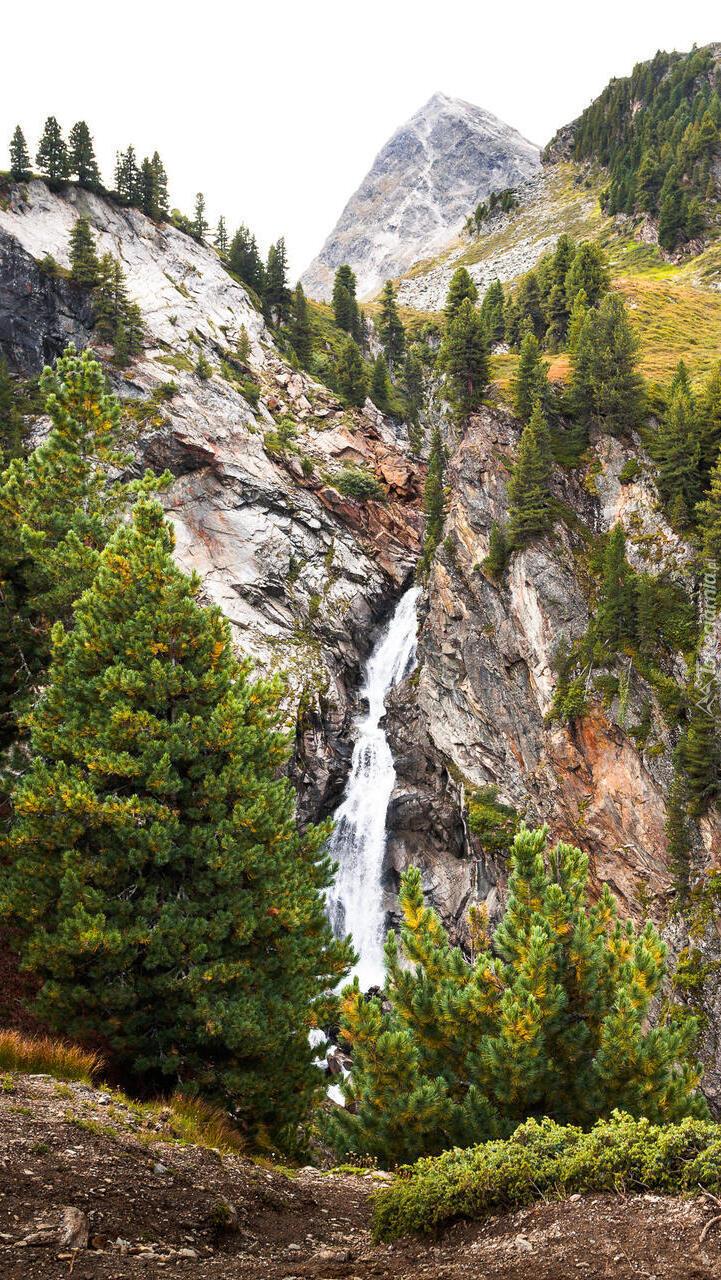 Wodospad skalny w dolinie Otztal