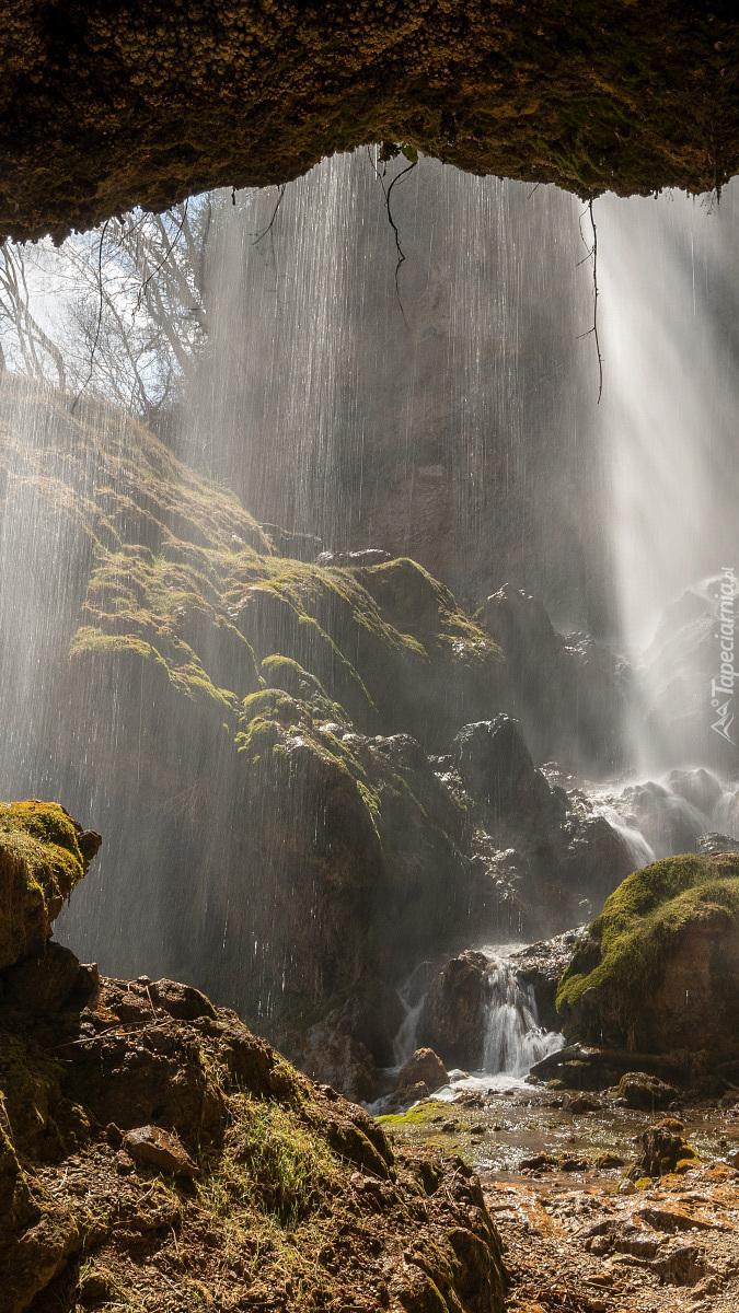 Wodospad spływający ze skały