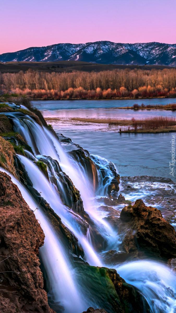 Wodospad wpadający do rzeki