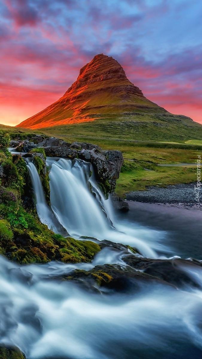 Wodospad z widokiem na górę Kirkjufell w Islandii