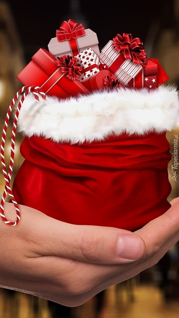 Worek prezentów na dłoni