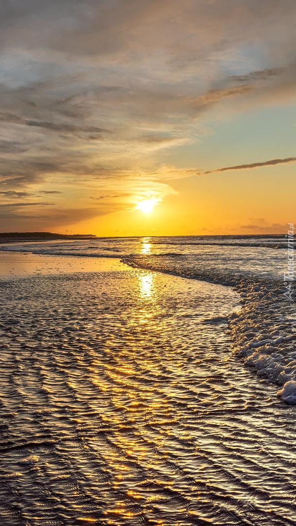 Wschód słońca nad brzegiem morza