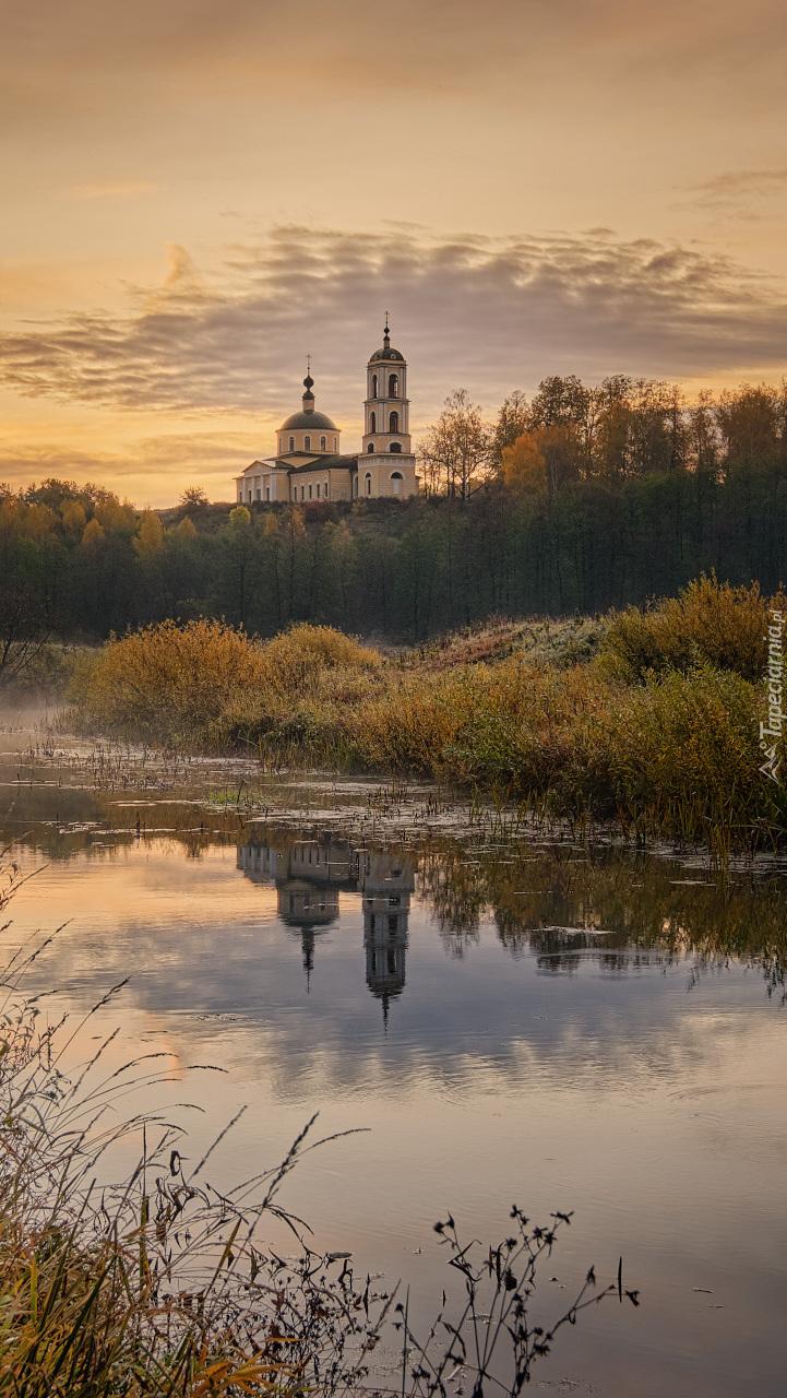 Wschód słońca nad cerkwią św. Eliasza w Rosji