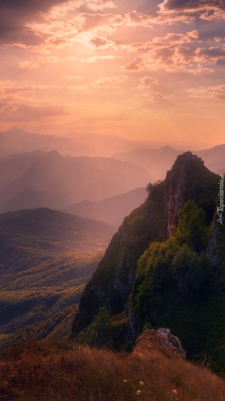 Wschód słońca nad górą