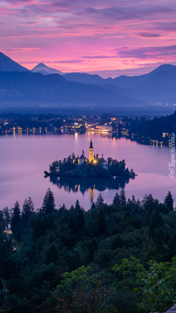 Wschód słońca nad jeziorem Bled w Słowenii