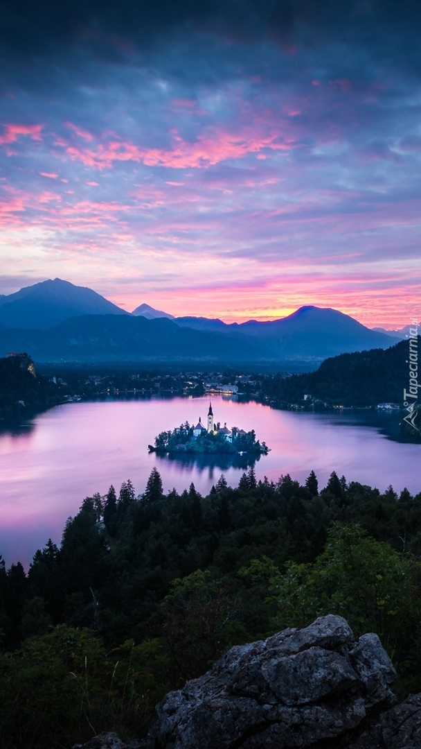 Wschód słońca nad jeziorem Bled
